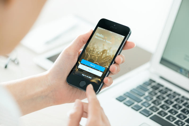Pantalla de inicio de sesión de Twitter en el iPhone 5S de Apple foto de archivo libre de regalías