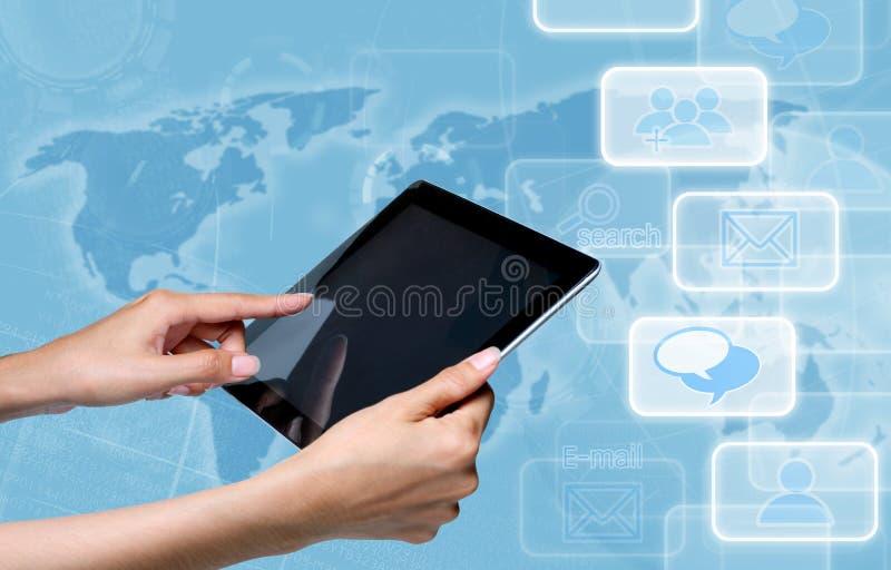 Pantalla de la tablilla de tacto de la mano sobre azul fotos de archivo libres de regalías