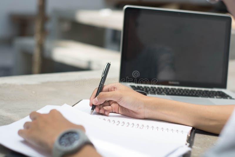 Pantalla de monitor en blanco del ordenador portátil con cierre encima del hombre trasero de la visión que hace el trabajo casero imagenes de archivo