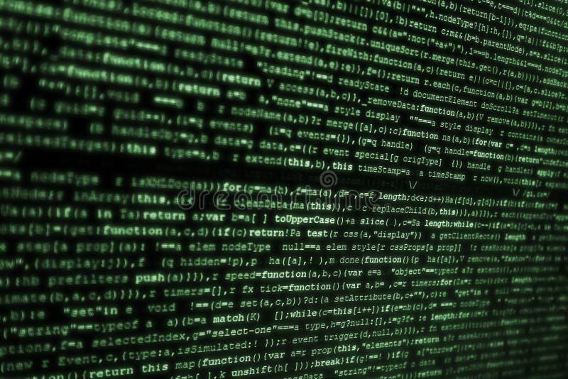 Pantalla de ordenador con código del HTML en verde sobre fondo del bkack imagen de archivo