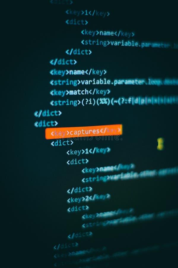 Pantalla del desarrollador del programador, codificación del app de la web Escritura en el ordenador Exhibici?n moderna del c?dig fotografía de archivo