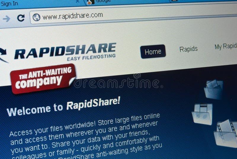 Pantalla del fichero que carga por teletratamiento del sitio de rapidshare.com foto de archivo libre de regalías