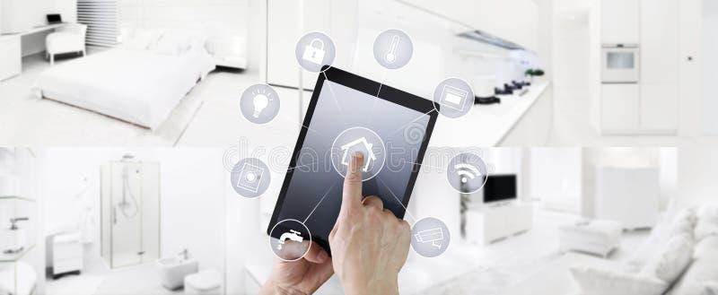 Pantalla digital de la tableta de la automatización casera del tacto elegante de la mano con símbolos en dentro bandera de la web foto de archivo libre de regalías