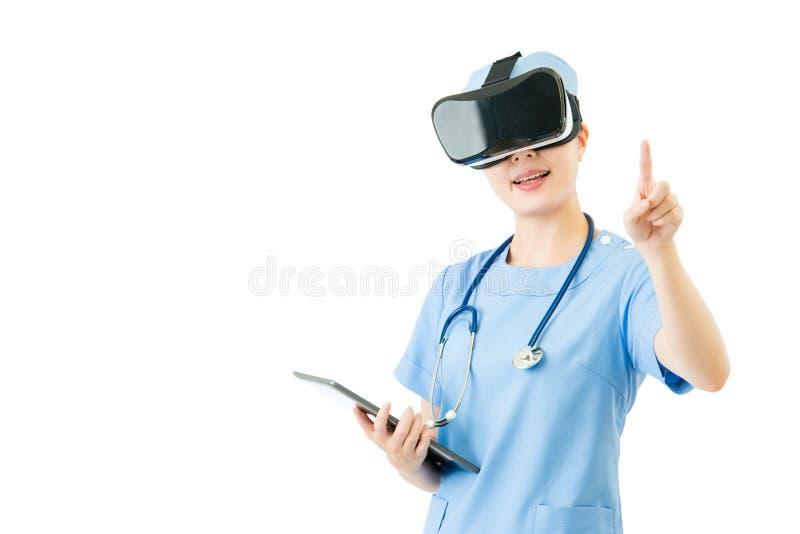 Pantalla digital de las auriculares del control VR de la tableta del uso asiático del cirujano imagenes de archivo