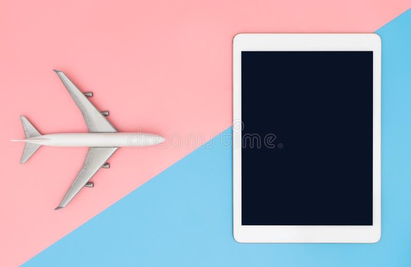 Pantalla en blanco de la tableta con el avión del juguete para el viaje fotografía de archivo libre de regalías