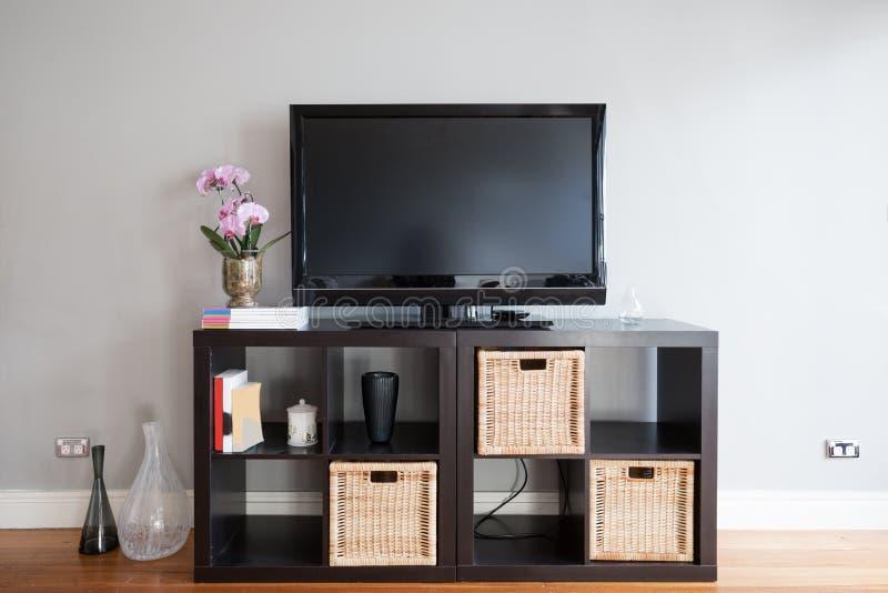 Pantalla en blanco de la TV en comida fría en sala de estar imagen de archivo