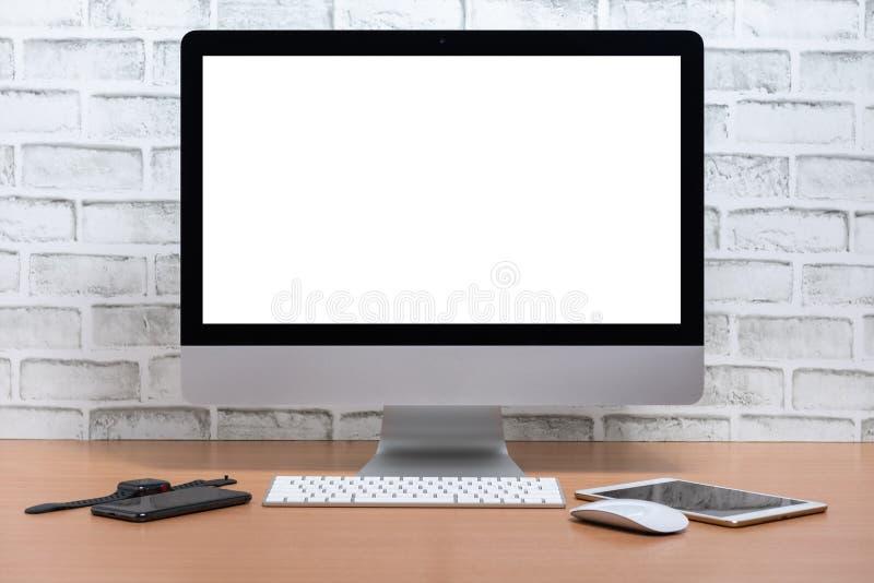 Pantalla en blanco de todos en un ordenador con la tableta, el teléfono elegante y el reloj elegante en la tabla de madera fotografía de archivo libre de regalías