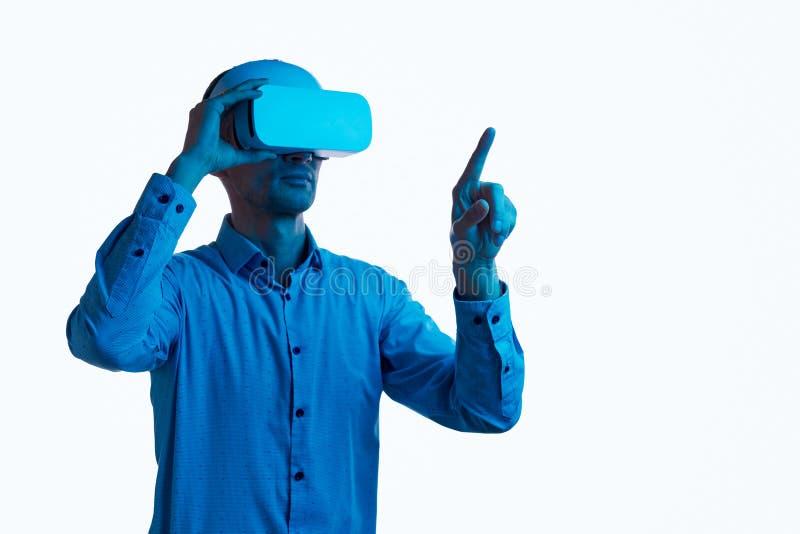 Pantalla invisible conmovedora masculina seria en VR fotografía de archivo