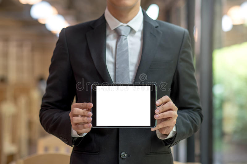 Pantalla joven de la tableta de la demostración del hombre de negocios foto de archivo libre de regalías