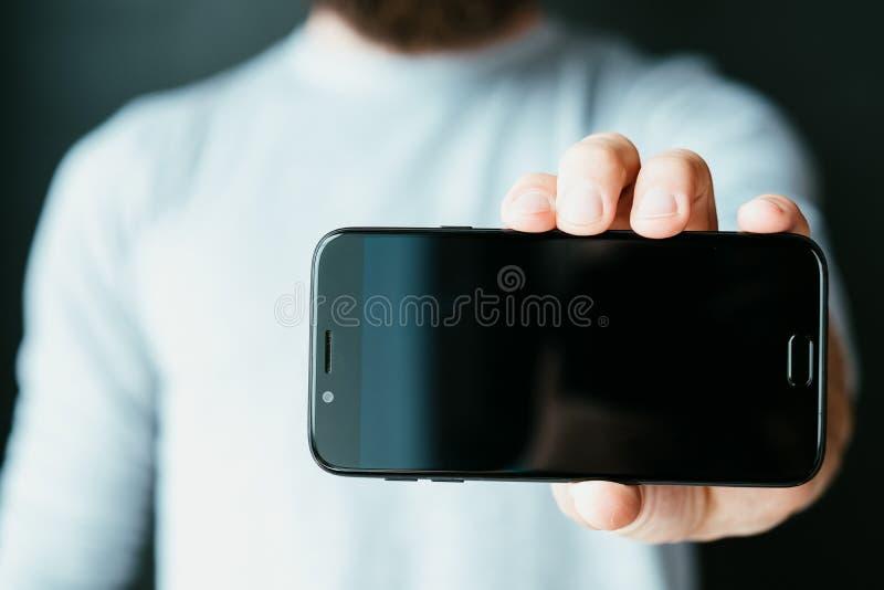 Pantalla negra de las actividades bancarias del acceso de los apps móviles del teléfono imagen de archivo