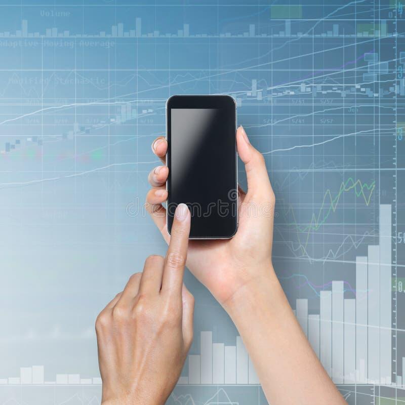 Pantalla táctil de la mano en smartphone imagenes de archivo