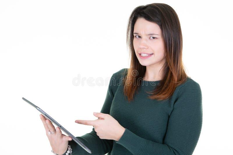 Pantalla táctil de la mujer de la mano en la PC digital moderna de la tableta imagen de archivo