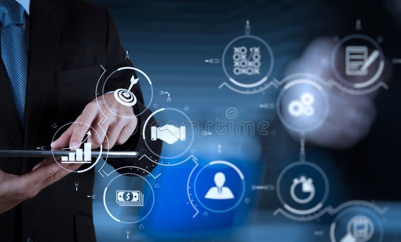 pantalla táctil de trabajo del ordenador del éxito del hombre de negocios con su equipo imagen de archivo libre de regalías