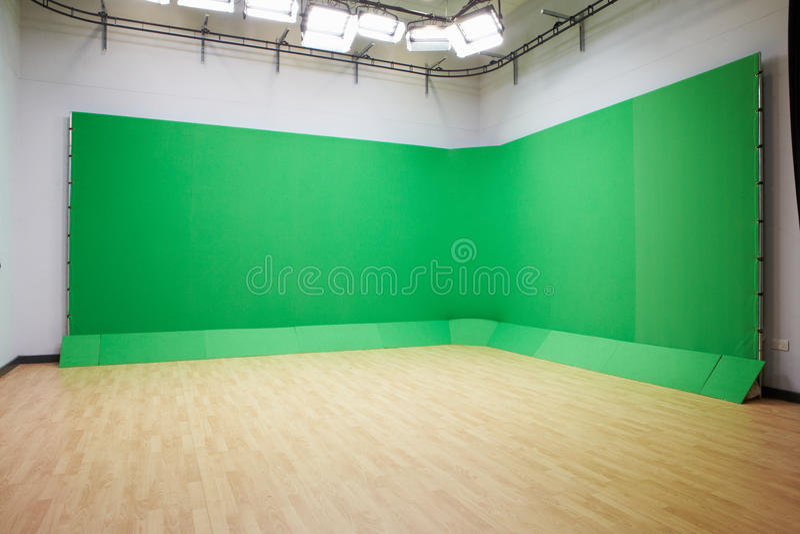 Pantalla verde en estudio vacío de la TV fotos de archivo libres de regalías