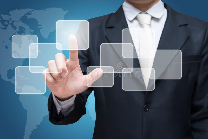 Pantalla virtual conmovedora de la mano derecha de la postura del hombre de negocios aislada encendido sobre fondo azul imagen de archivo libre de regalías