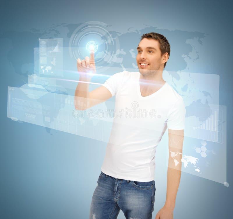 Pantalla virtual conmovedora del hombre imagen de archivo