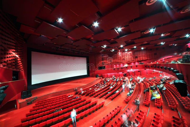 Pantalla y filas de sillas en cine imagen de archivo