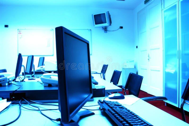 Pantallas azules en sala de ordenadores foto de archivo