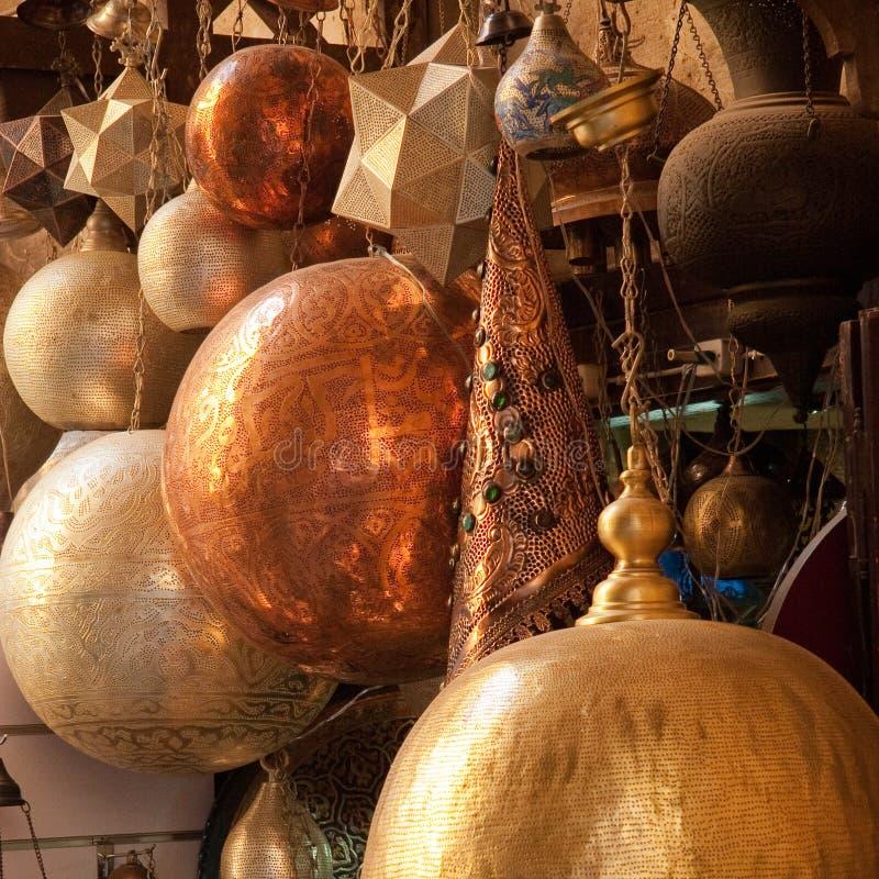 Pantallas de cobre amarillo árabes tradicionales en la exhibición en mercado de El Cairo, Egipto foto de archivo libre de regalías