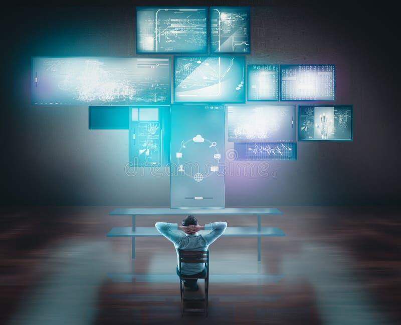 Pantallas táctiles y ordenadores de observación del hombre de negocios en el escritorio fotos de archivo libres de regalías