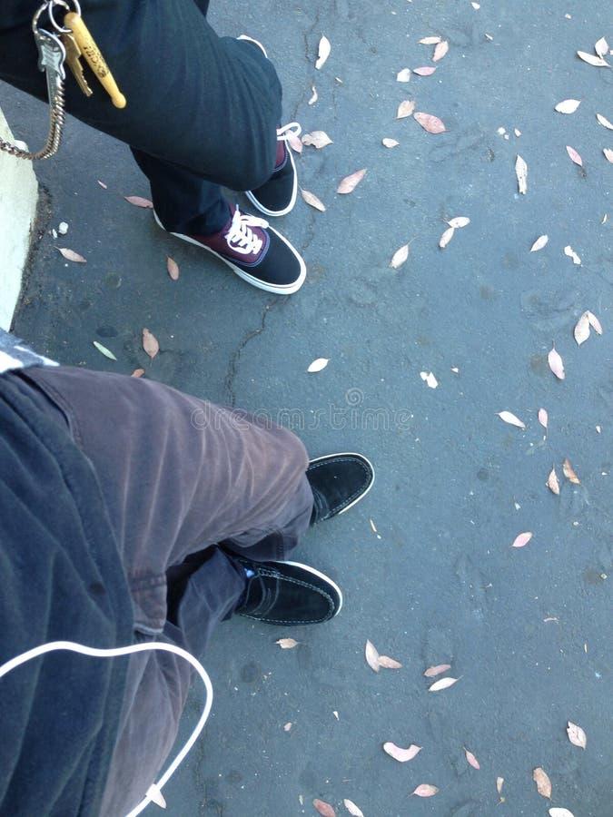 Pantalon, chaussures, et amis image stock