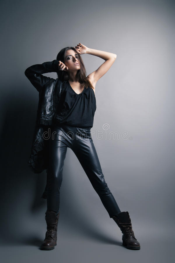 Pantalon et veste en cuir de port de mannequin photos stock