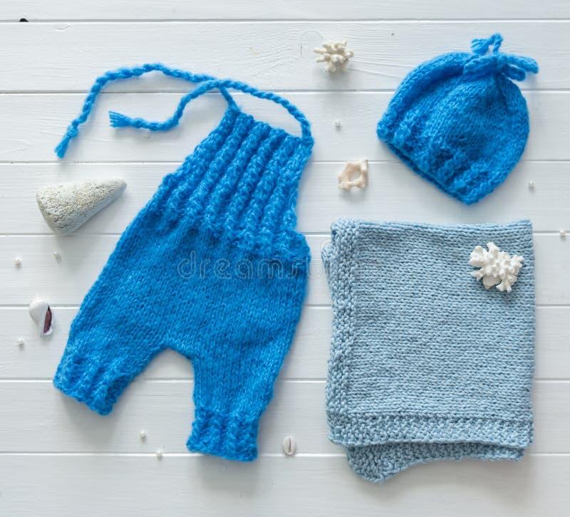 Pantalones azules, manta para los bebés, haber hecho punto hecho a mano, topview fotos de archivo libres de regalías