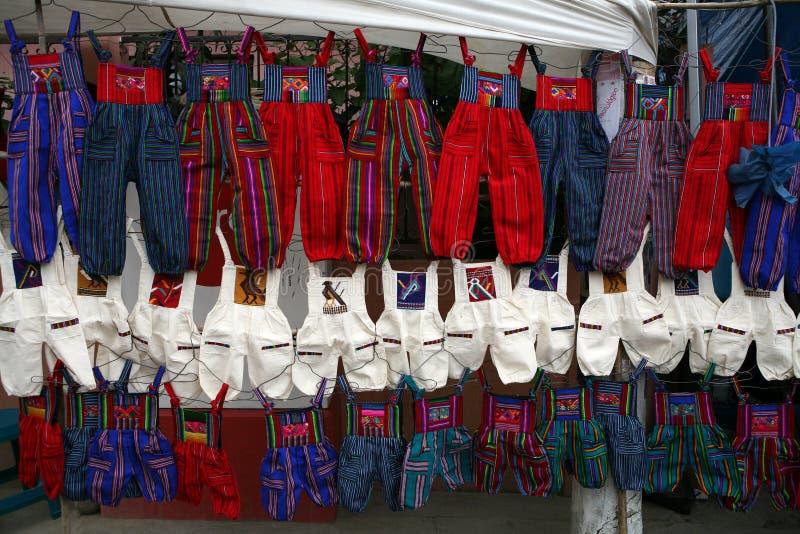 Pantalones coloridos en mercado de la ciudad imagen de archivo