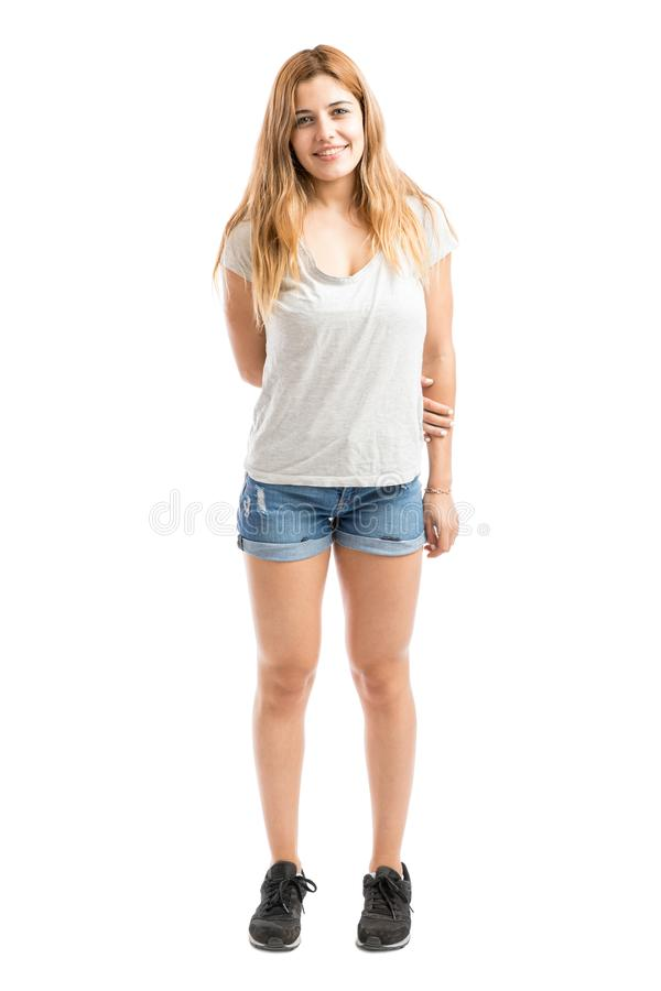 Pantalones cortos que llevan de la mujer linda fotos de archivo libres de regalías