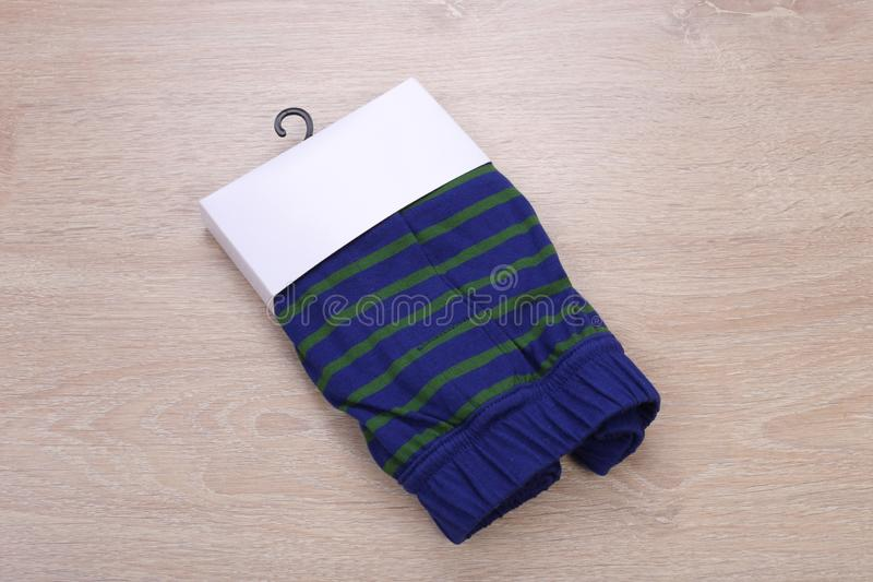 Pantalones cortos rayados del boxeador de los hombres verdes del azul imagen de archivo