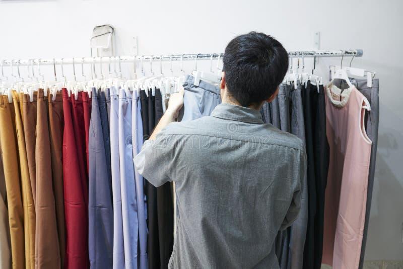 Pantalones de la compra del hombre imagen de archivo