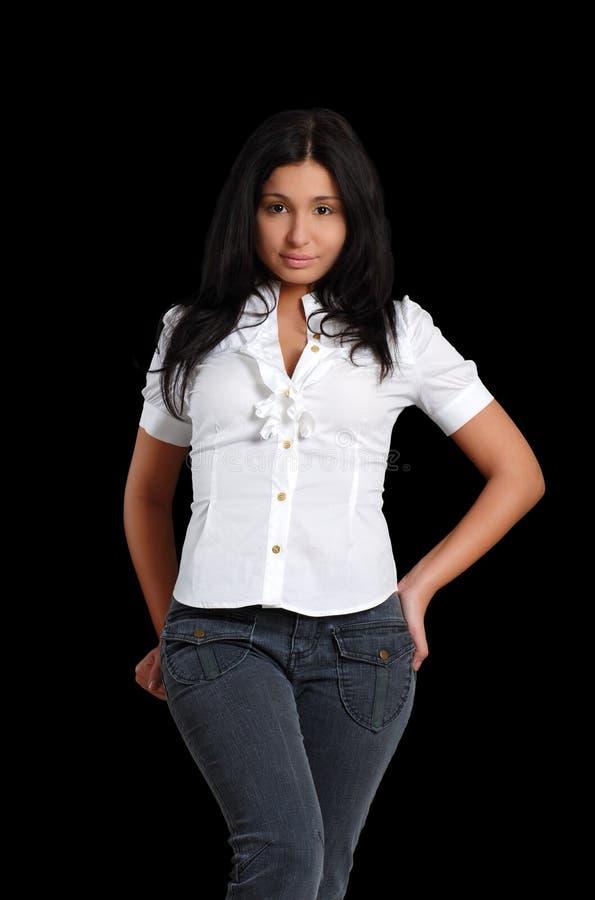 Pantalones vaqueros que desgastan de la mujer latina joven atractiva fotos de archivo libres de regalías