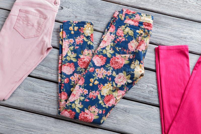 Pantaloni blu della stampa floreale fotografia stock