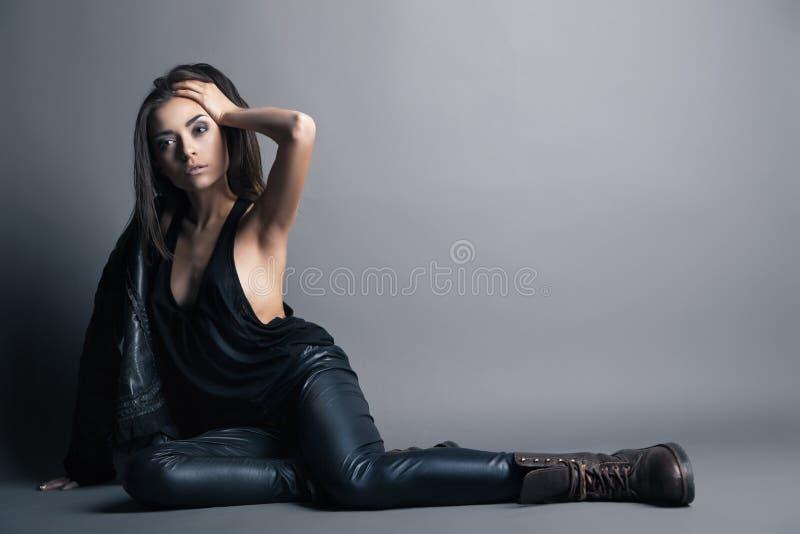 Pantaloni e rivestimento di cuoio d'uso del modello di moda fotografie stock