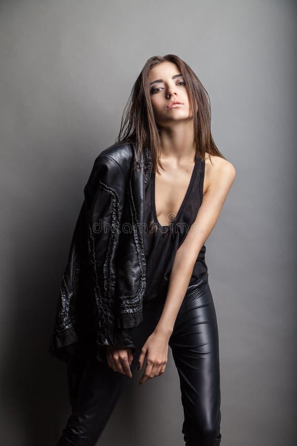 Pantaloni e rivestimento di cuoio d'uso del modello di moda fotografia stock libera da diritti