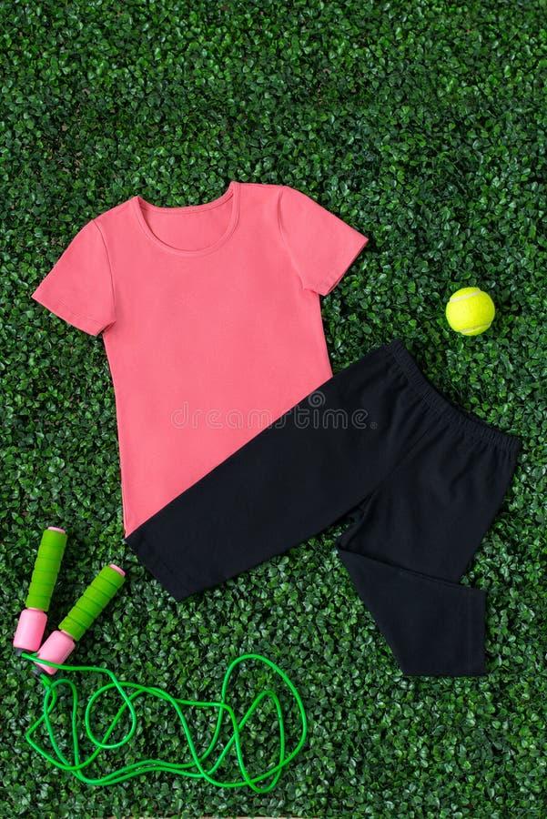 Pantaloni neri e maglietta rosa fotografia stock libera da diritti