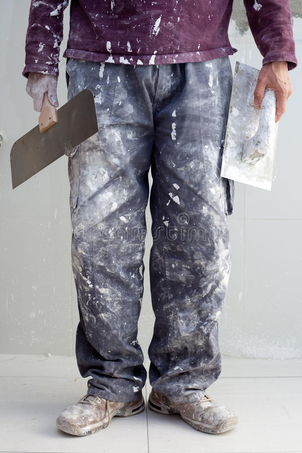 Pantaloni sporchi dell'uomo dell'intonaco dell'intonaco della costruzione fotografie stock