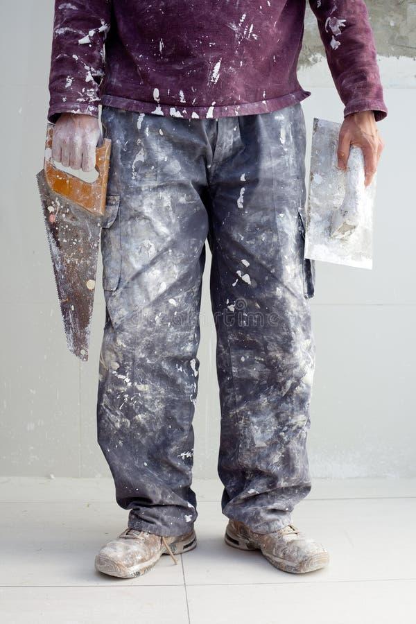 Pantaloni sporchi dell'uomo dell'intonaco dell'intonaco della costruzione immagine stock libera da diritti