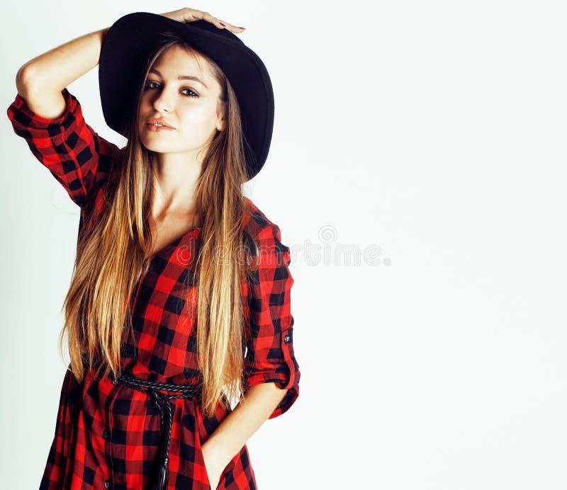 Pantaloni a vita bassa abbastanza castana della ragazza dei giovani in cappello sulla fine casuale del fondo bianco su che sognan fotografia stock