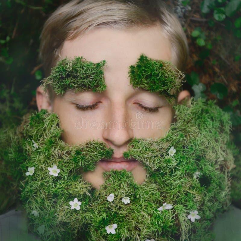 Pantaloni a vita bassa addormentati su erba con la barba da muschio fotografie stock