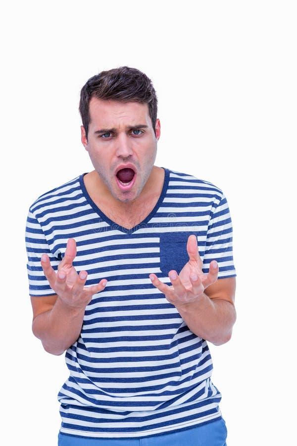 Pantaloni a vita bassa arrabbiati con la bocca aperta fotografia stock