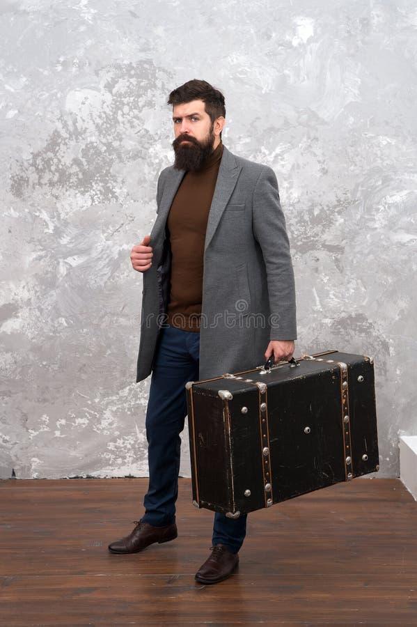 Pantaloni a vita bassa barbuti ben curato dell'uomo con la grande valigia Viaggio e concetto del bagaglio Viaggiatore dei pantalo immagini stock libere da diritti