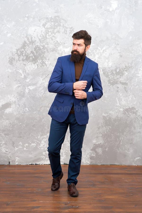Pantaloni a vita bassa barbuti brutali in vestito convenzionale Modello di modo maschio Camminata barbuta matura dell'uomo d'affa immagine stock