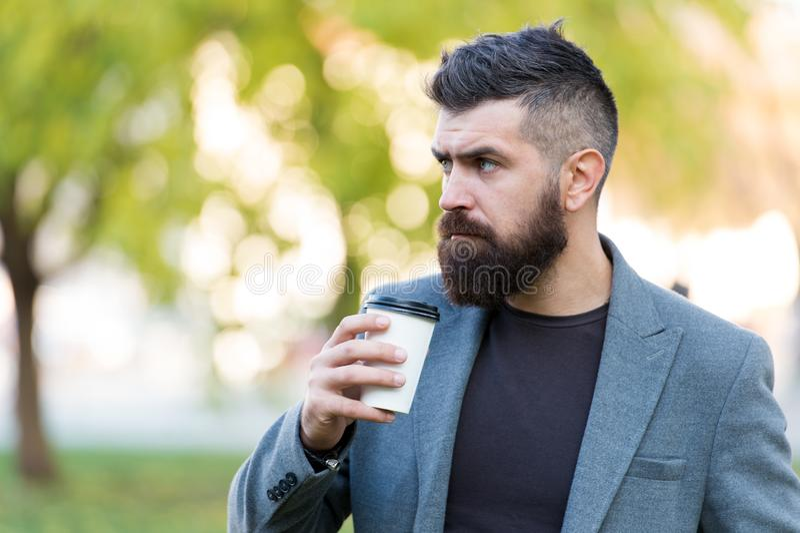 Pantaloni a vita bassa barbuti dell'uomo preferire caffè per portare via Caffè della bevanda dell'uomo d'affari all'aperto Energi immagine stock libera da diritti