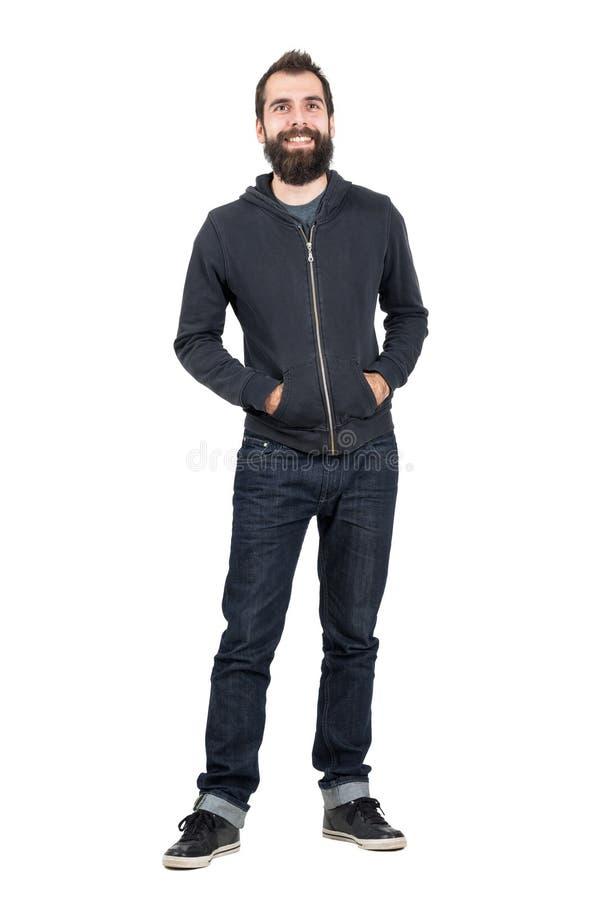 Pantaloni a vita bassa barbuti sorridenti con il piercing sorridente sulle labbra superiori fotografie stock libere da diritti