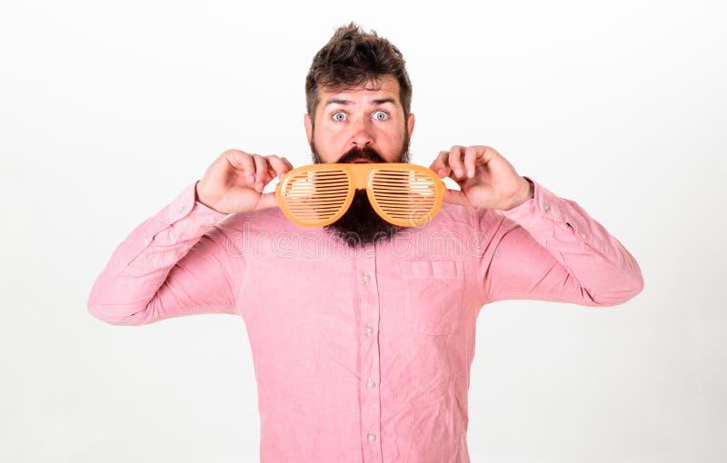 Pantaloni a vita bassa che danno una occhiata dagli occhiali da sole a strisce giganti L'uomo con la barba ed i baffi sul fronte  fotografia stock libera da diritti