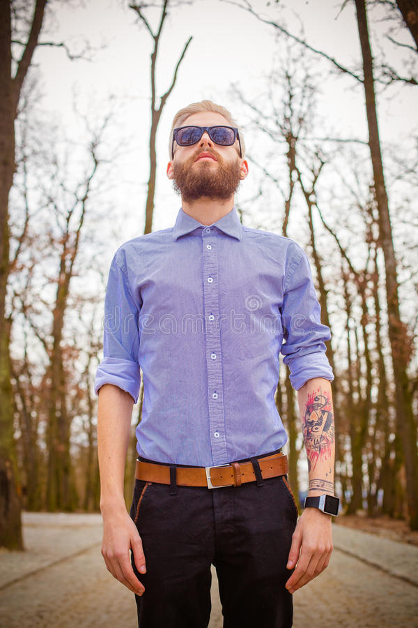 Pantaloni a vita bassa con i tatuaggi fotografia stock libera da diritti