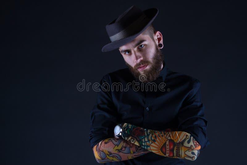 Pantaloni a vita bassa con il cappello immagini stock