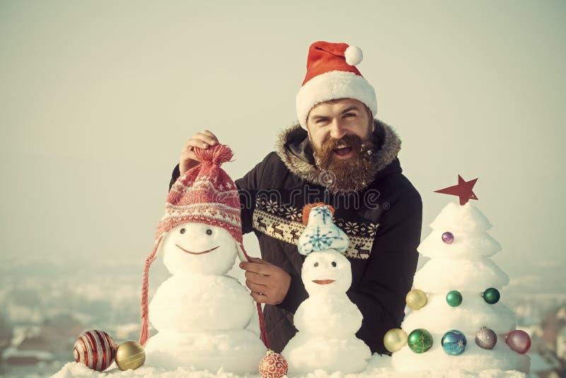 Pantaloni a vita bassa felici che sorridono in cappuccio rosso del Babbo Natale fotografia stock