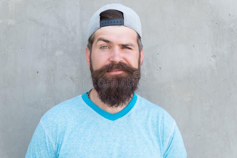 Pantaloni a vita bassa freschi con la barba indossare cappuccio alla moda Bellezza maschio Cura del salone del barbiere e di cape fotografia stock